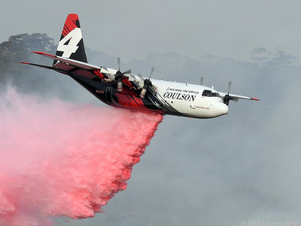 Gefährlicher Einsatz von Löschflugzeugen gegen Buschbrände