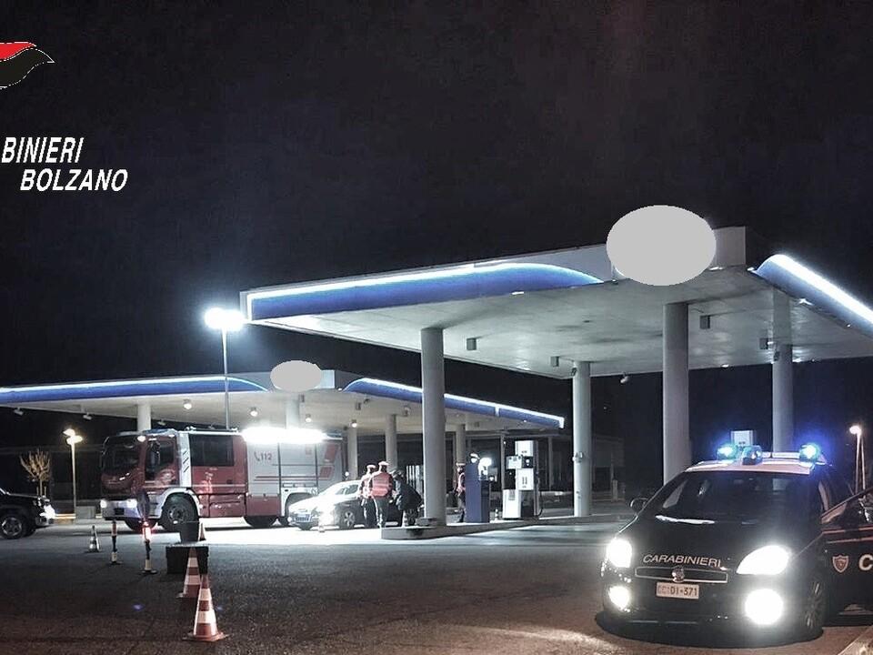 Carabinieri Nacht Tankstelle