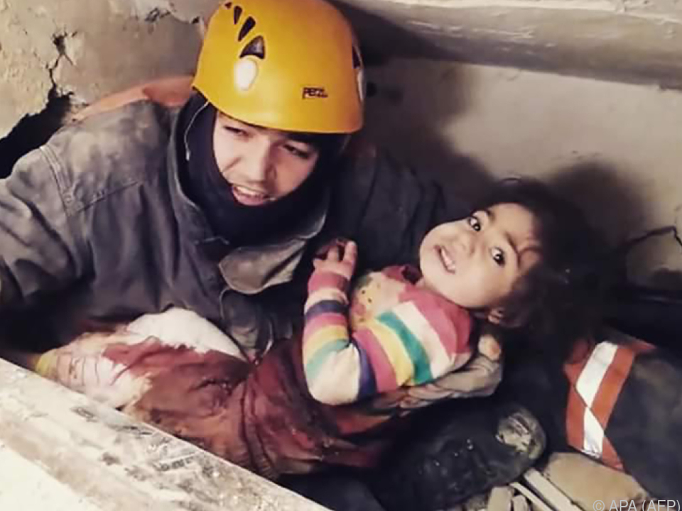 Rettungskräfte bargen am Wochenende Überlebende aus den Trümmern