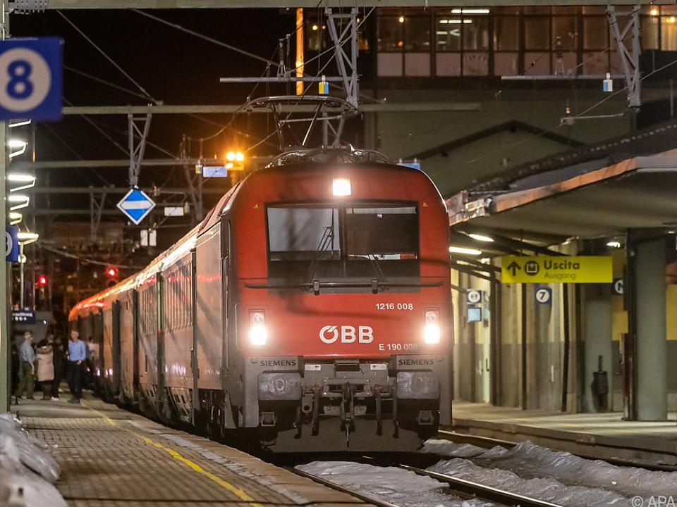 500 Passagiere aus zwei Zügen saßen am Brenner fest