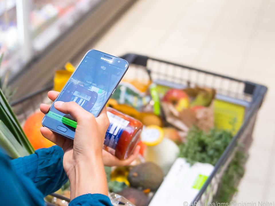Mit einer App kann man Produkte direkt beim Einkauf auf Nachhaltigkeit checken