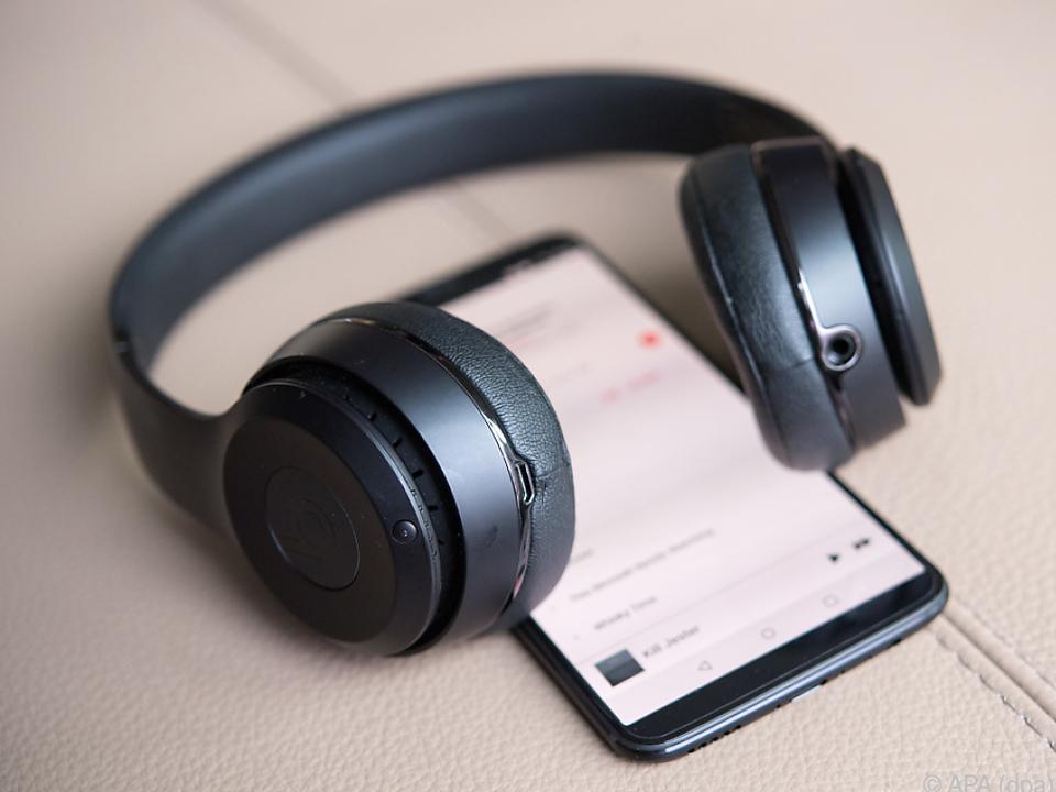 Bluetooth-Kopfhörer sollten vorübergehend mit Kabel verbunden werden