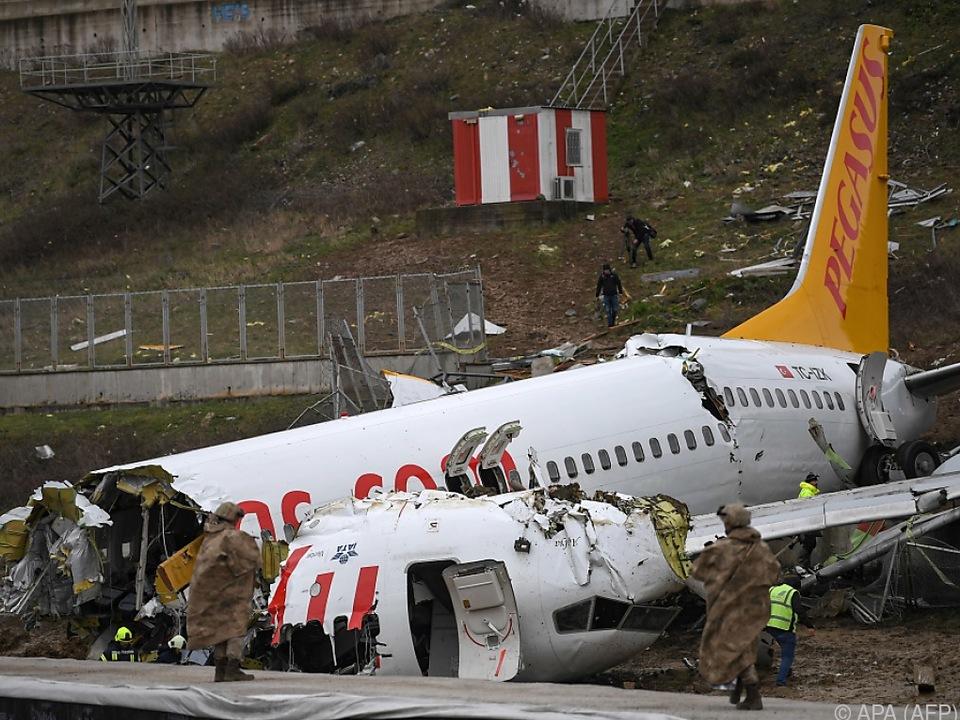 Das Flugzeug brach in mehrere Teile