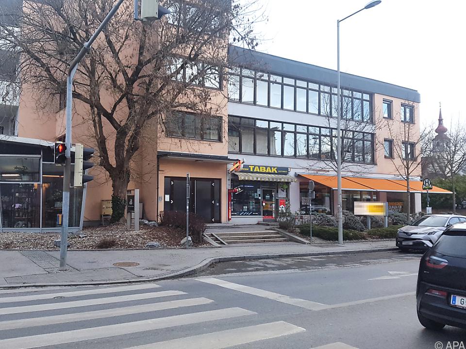 Der Mann griff die Frau auf der St. Peter Hauptstraße an