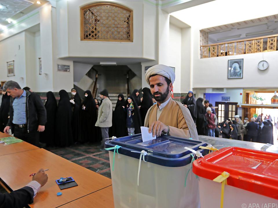 Ein Wähler bei der Stimmabgabe in Teheran