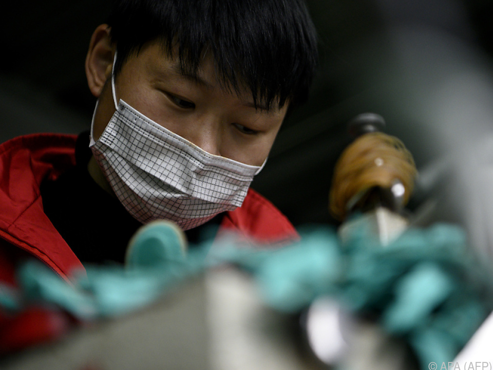 Fabriksarbeiterin in China mit einer Gesichtsmaske