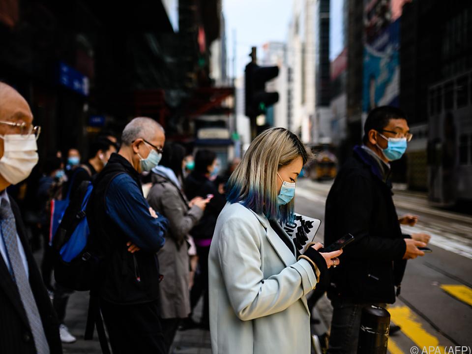 Fußgänger mit Gesichtsmasken in Hongkong
