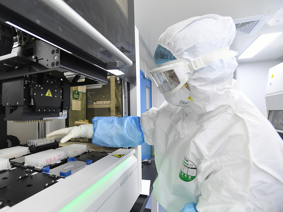 Labortechniker testet Proben von Coronavirus-Verdachtsfällen in Wuhan