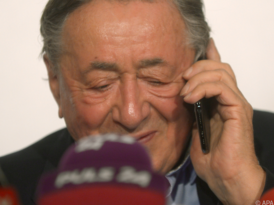 Lugner saß schon vor den Mikrofonen, als sein Handy läutete