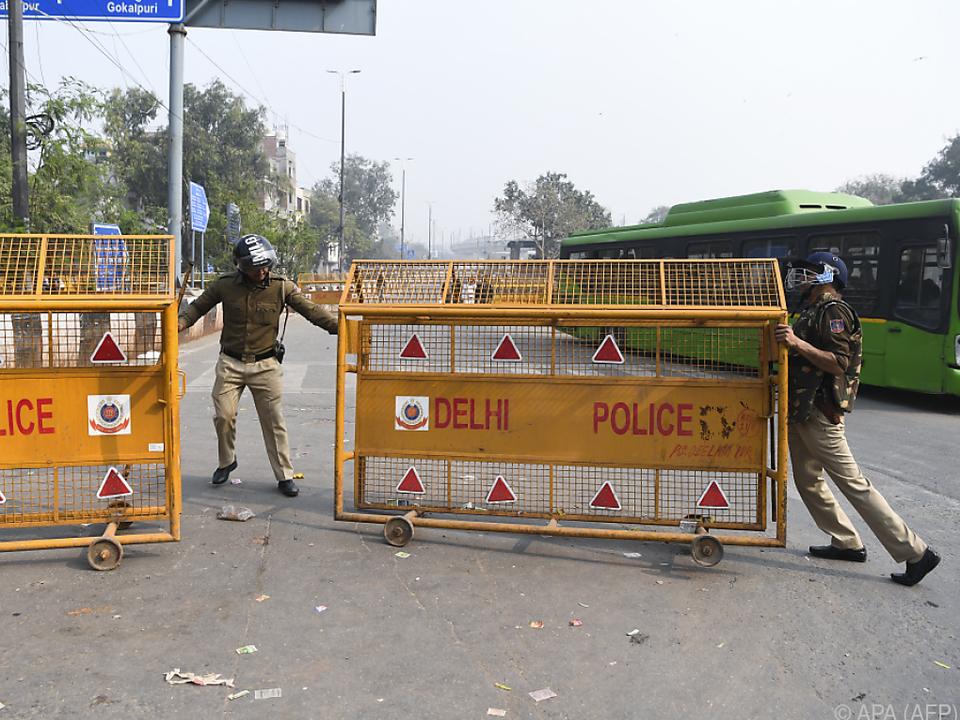 Nach Ausschreitung wurden in Neu Delhi Straßensperren aufgestellt