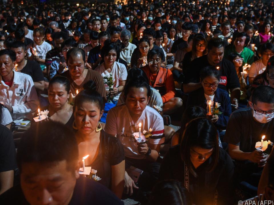 Hunderte Menschen bei Mahnwache in Nakhon Ratchasima