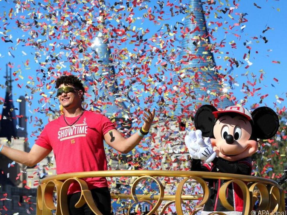 Super-Bowl-Champion Mahomes posiert mit Micky Maus