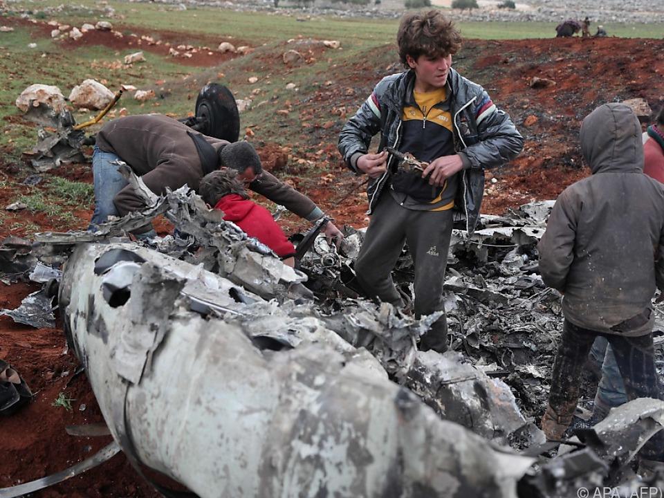 Syrer vor dem Wrack des Hubschraubers
