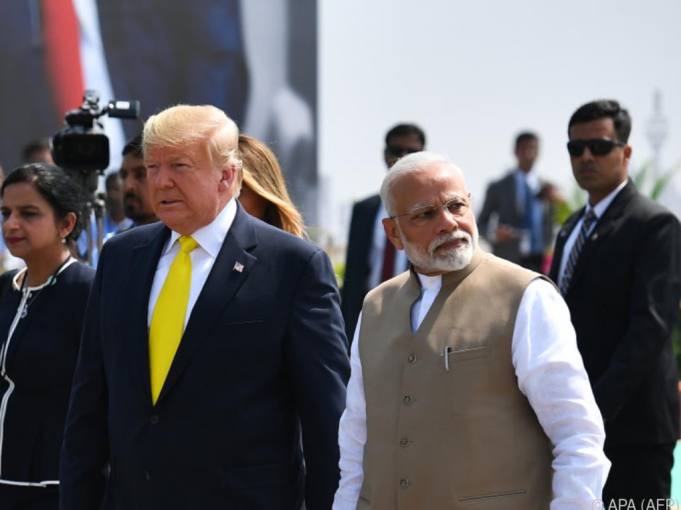 Trump auf seiner ersten Reise nach Indien freudig begrüßt