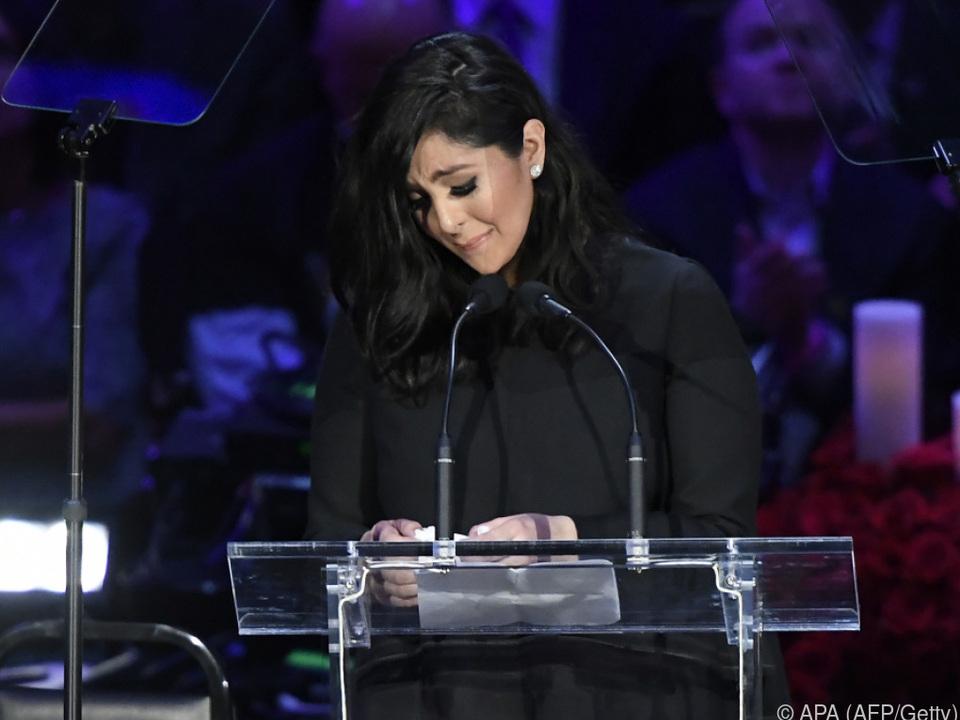 Vanessa Bryant spricht auf einer Gedenkveranstaltung im Staples Center