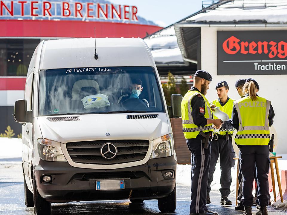 Brenner Coronavirus Grenzkontrollen Am Brenner werden derzeit alle Fahrzeuge aufgehalten und kontolliert