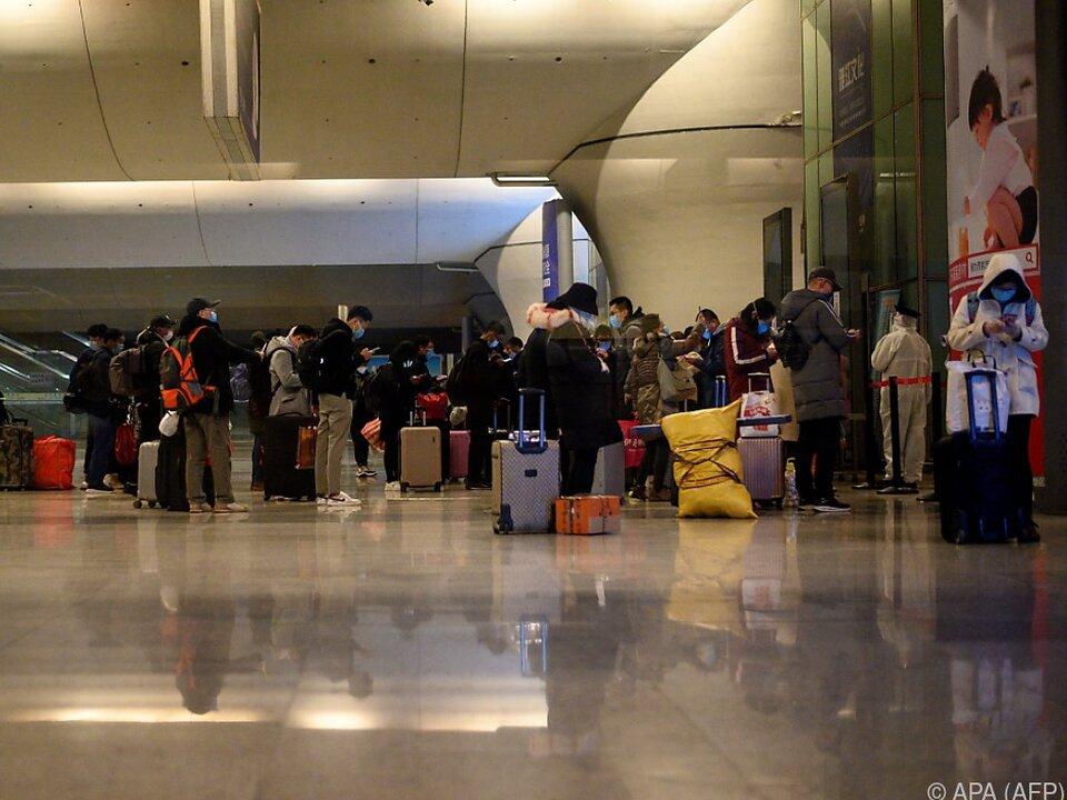 Ankunft Reisender im Bahnhof von Wuhan