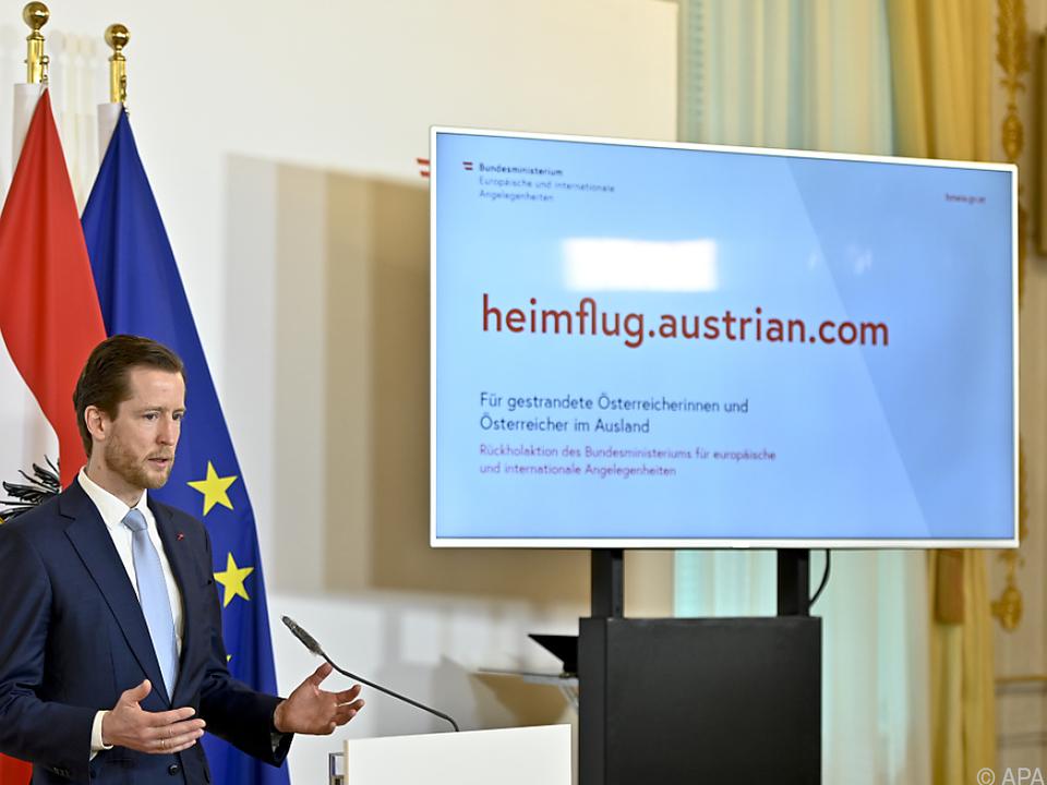 Auf https://heimflug.austrian.com/ kann man sich für Notflüge anmelden
