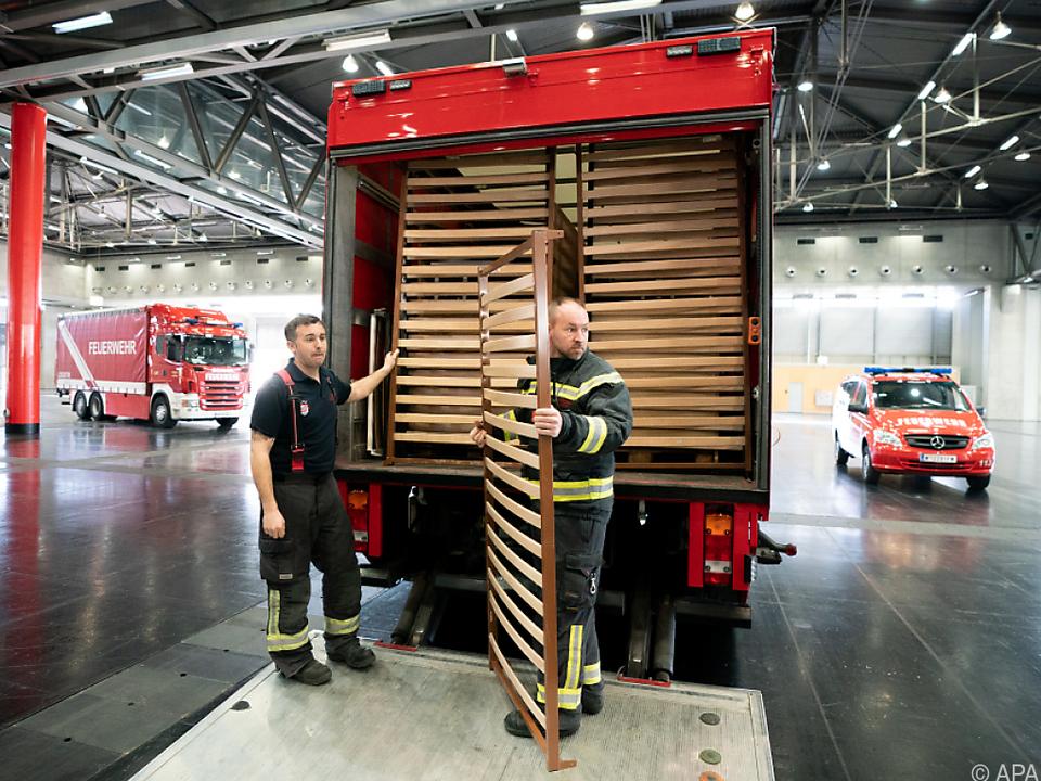 Aufbauarbeiten der Krankenbetten in der Wiener Messehalle