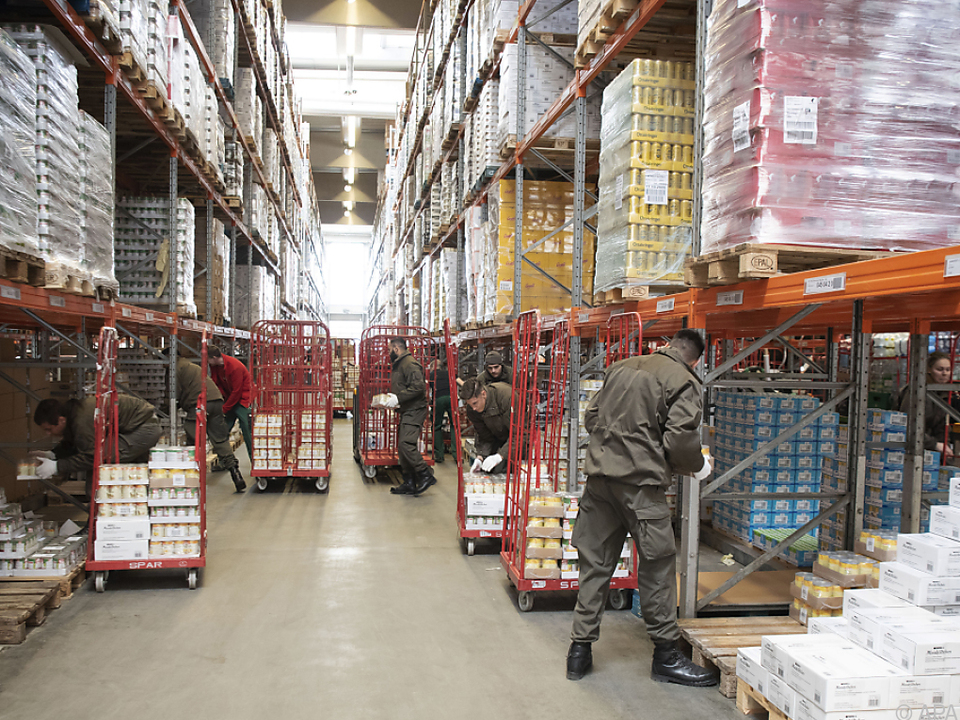 Der Großteil der Soldaten hilft bei der Lebensmittelversorgung
