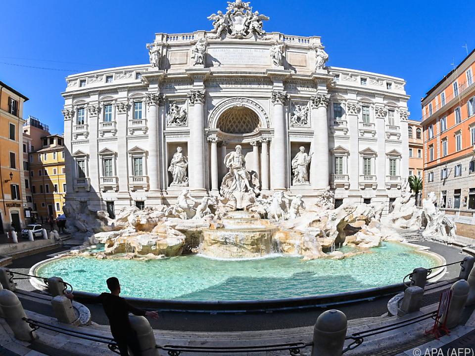 Der Trevi-Brunnen hat schon mehr Besucher gesehen rom italien sym