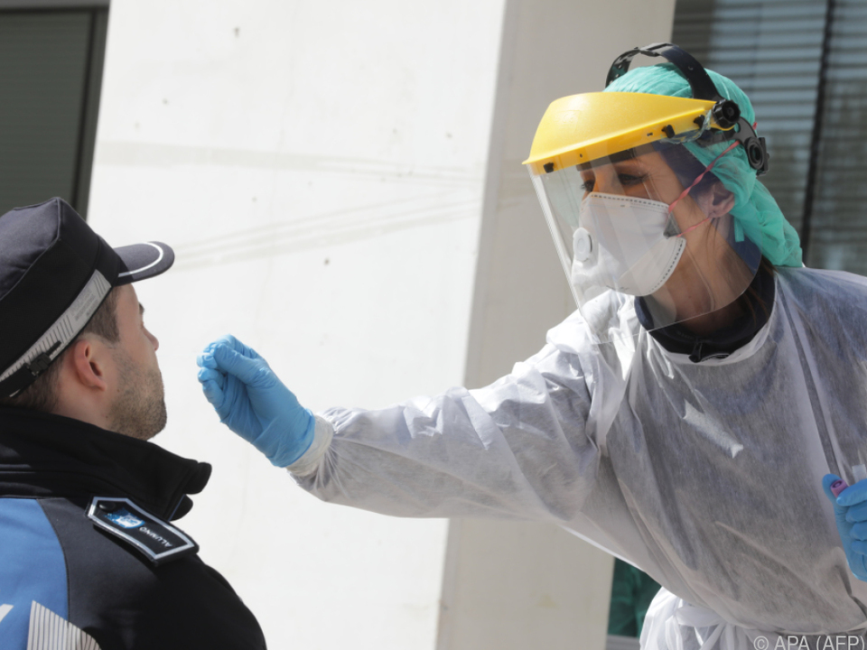 Ein Polizist in Madrid wird getestet