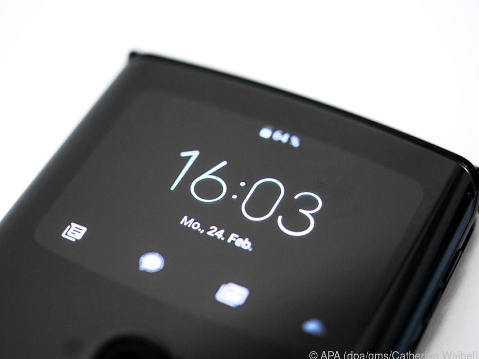 Das Außendisplay des Motorola Razr 2019 zeigt SMS und andere Nachrichten an