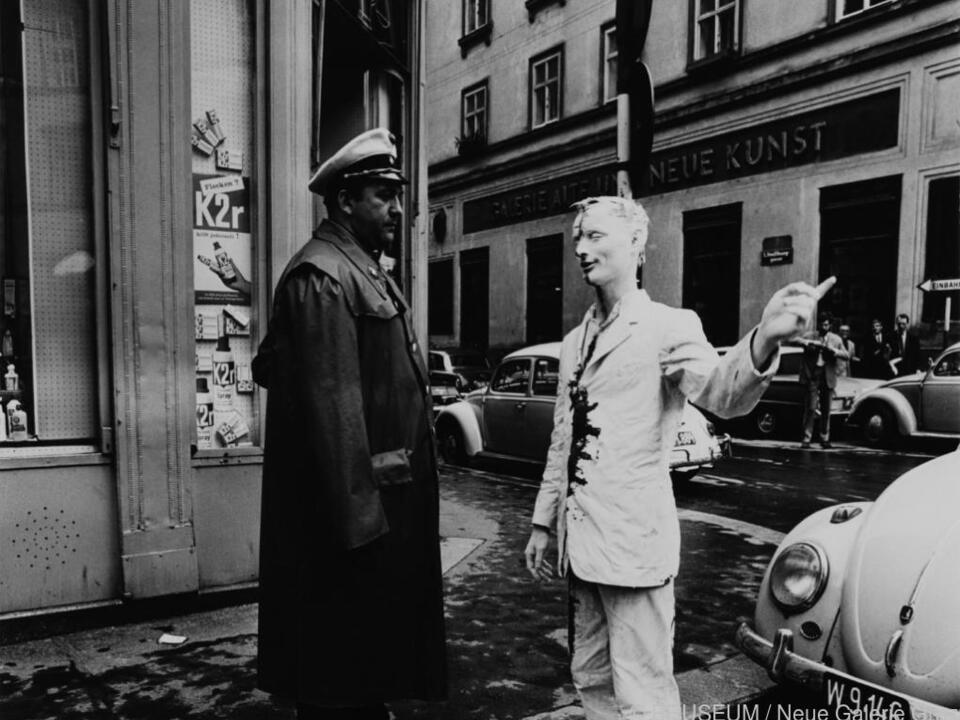 Foto von Günter Brus\' berühmter Aktion Wiener Spaziergang