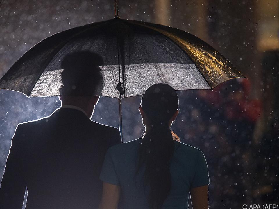 Harry und Meghan lassen die Royals im Regen stehen
