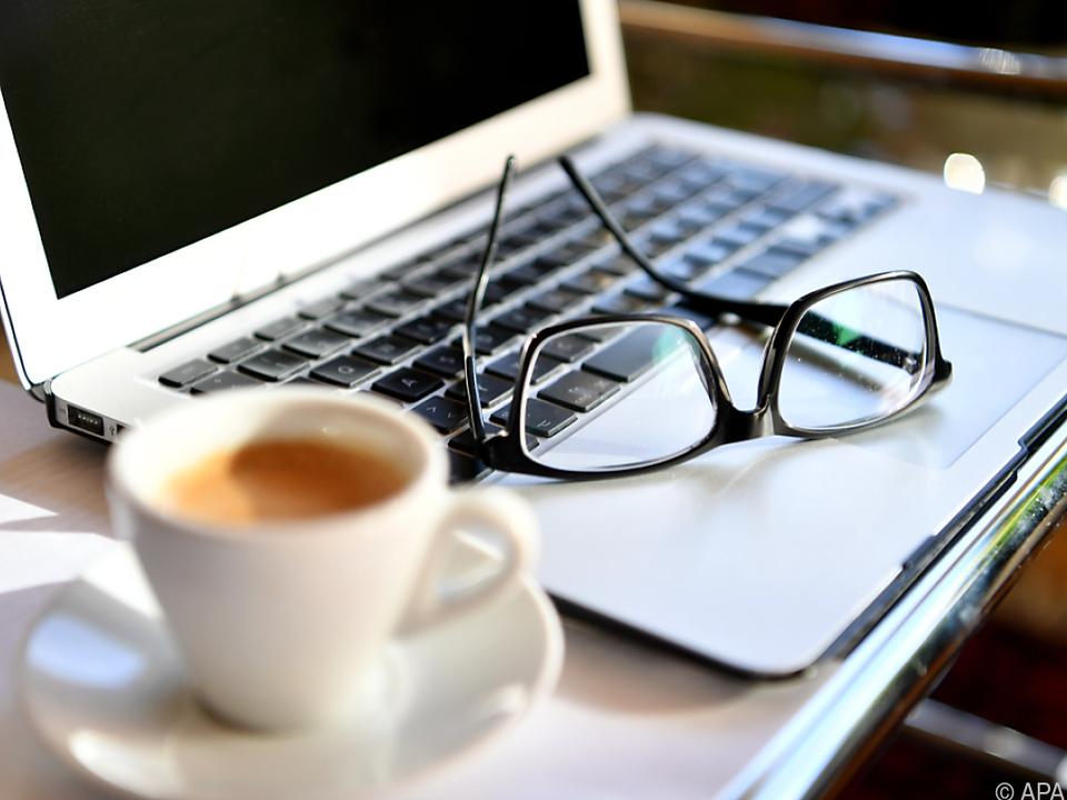 büro job laptop arbeit sym kaffee Hunderttausende befinden sich bereits im \
