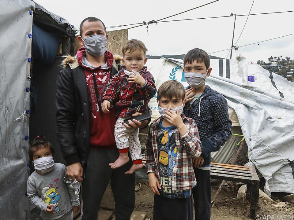 NGOs haben Schutzmasken in den Lagern verteilt