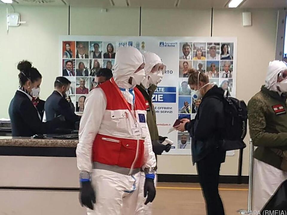 Rückholaktion von österreichischen Touristen am Flughafen in Rom