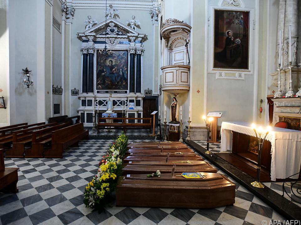 Särge in einer Kirche in Serina bei Bergamo