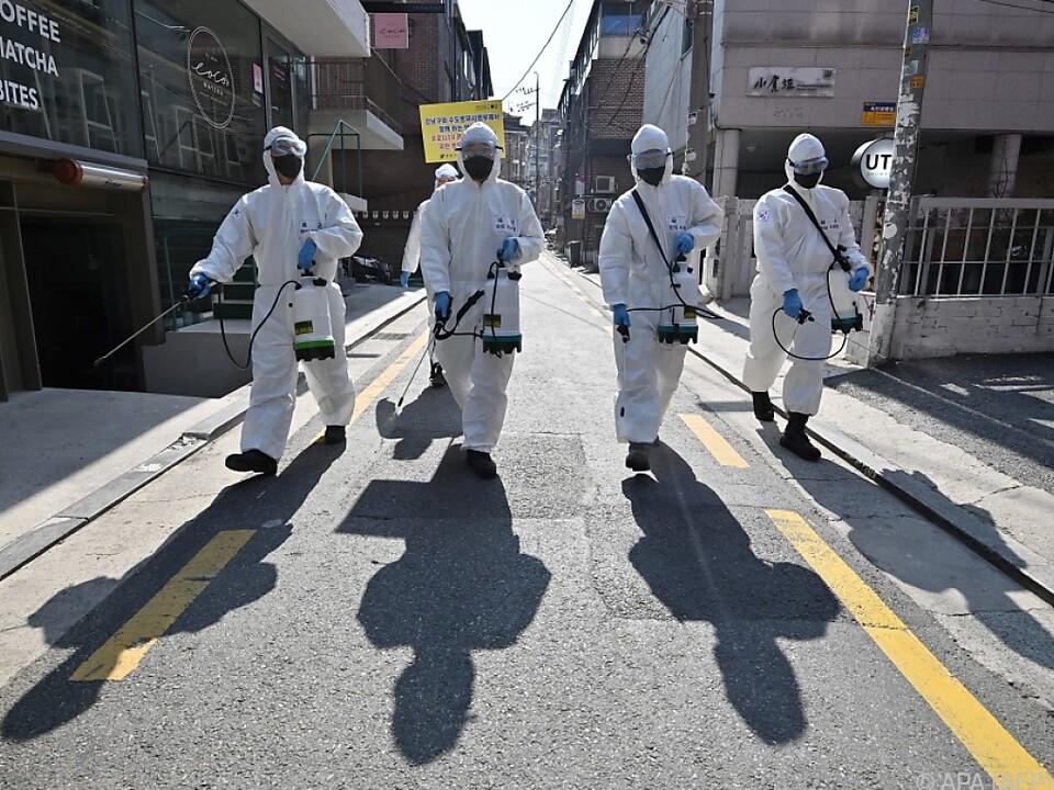 Soldaten versprühen Desinfektionsmittel auf Südkoreas Straßen