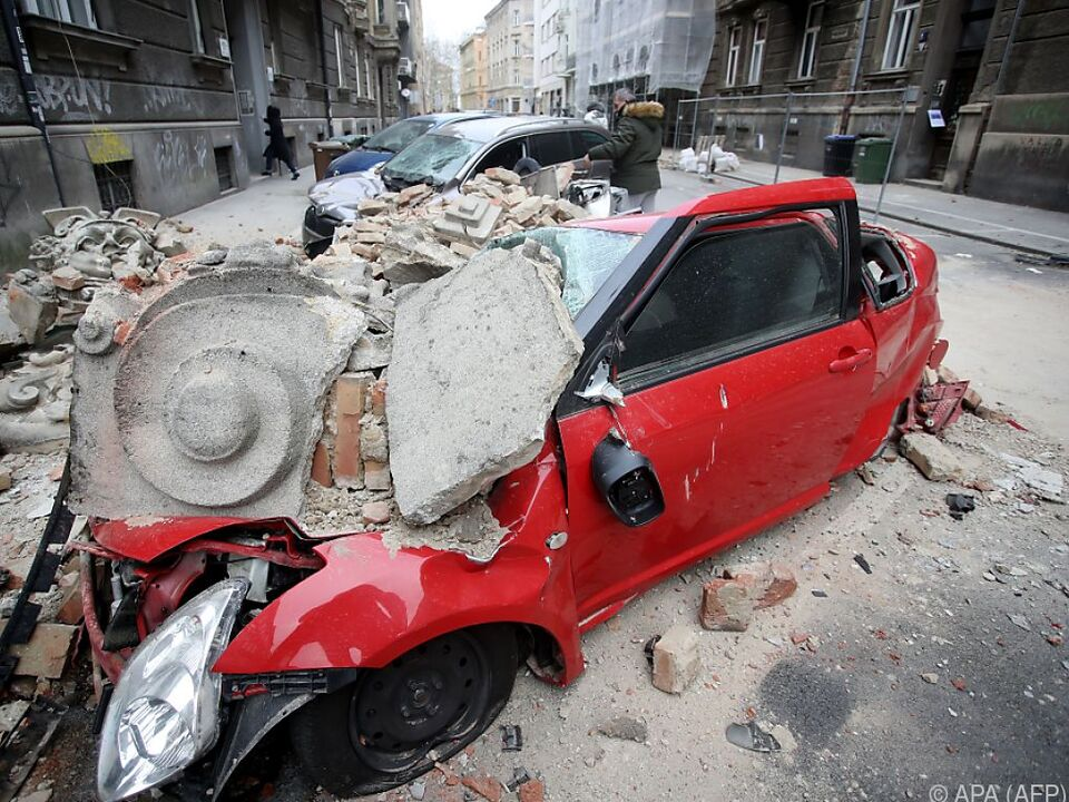 Trümmer beschädigten auch parkende Autos