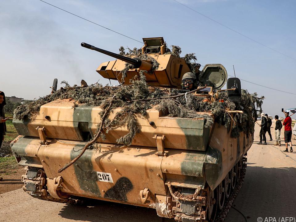 Türkischer Panzer auf dem Highway M4