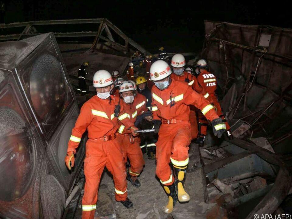 Verletzter wird aus dem Schutt des eingestürzten Gebäudes geborgen