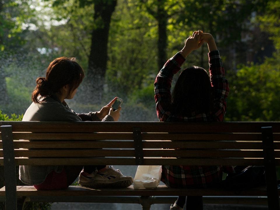 Parkbank Mädchen Frühling junge Frauen