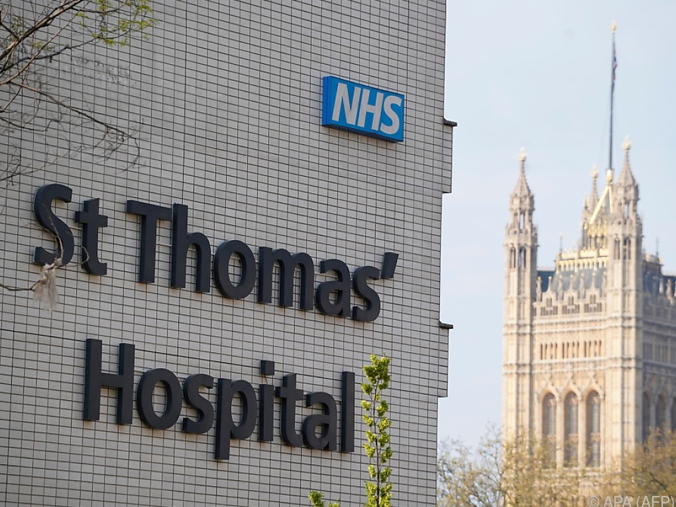 Boris Johnson löst im Spital Sudokus und schaut Filme