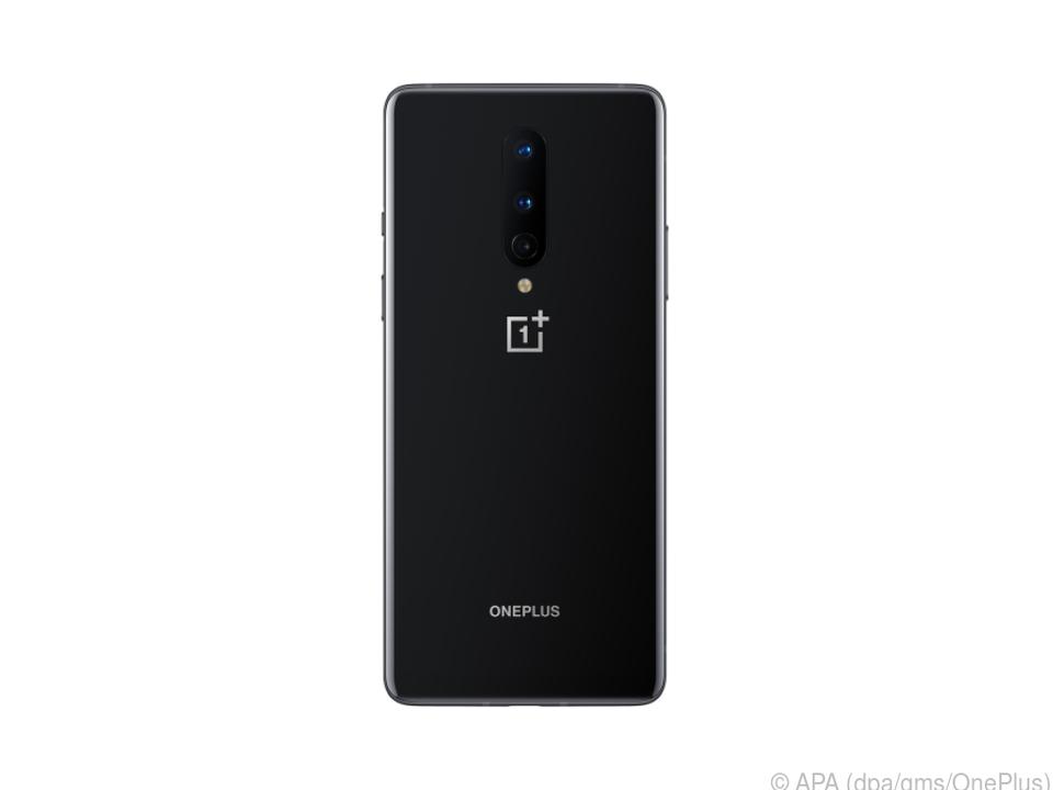 Das kleinere OnePlus 8 für 699 Euro hat insgesamt drei Kameras an der Rückseite