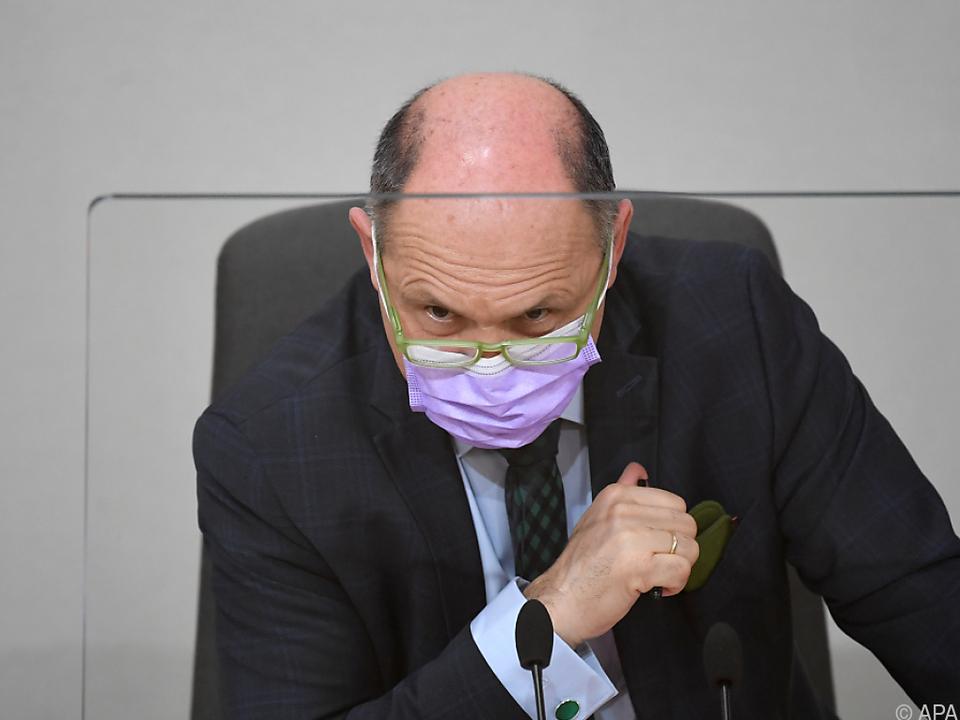 Der Nationalratspräsident hinter Plexiglas und Maske