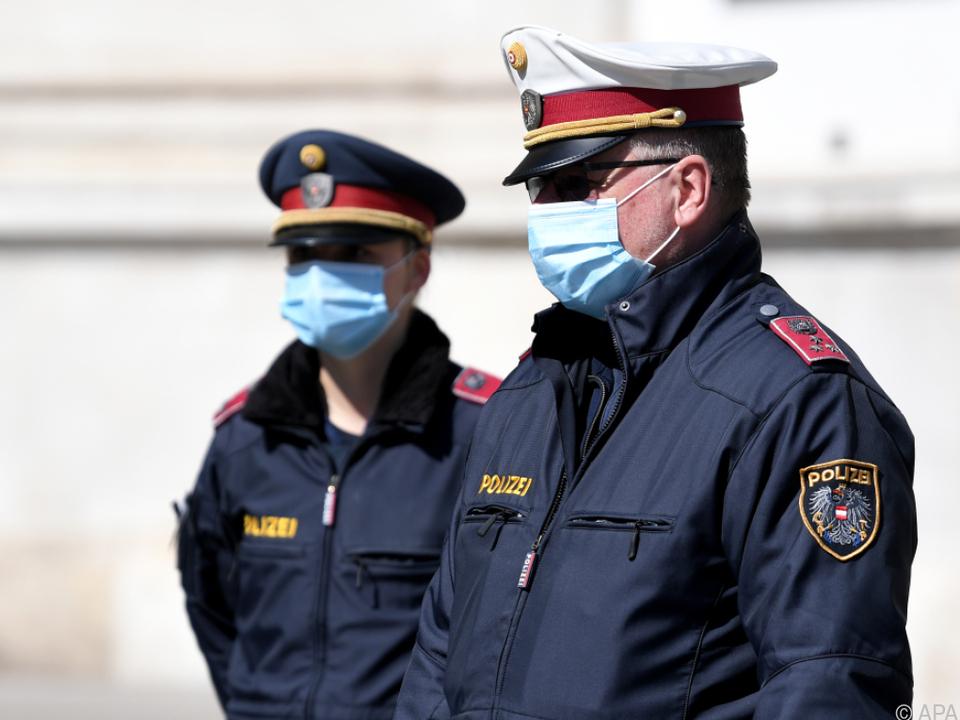 Die Polizei kontrolliert mit Mund- und Nasenschutz