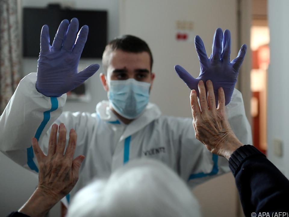 Freude über Genesene in Altersheim in Madrid