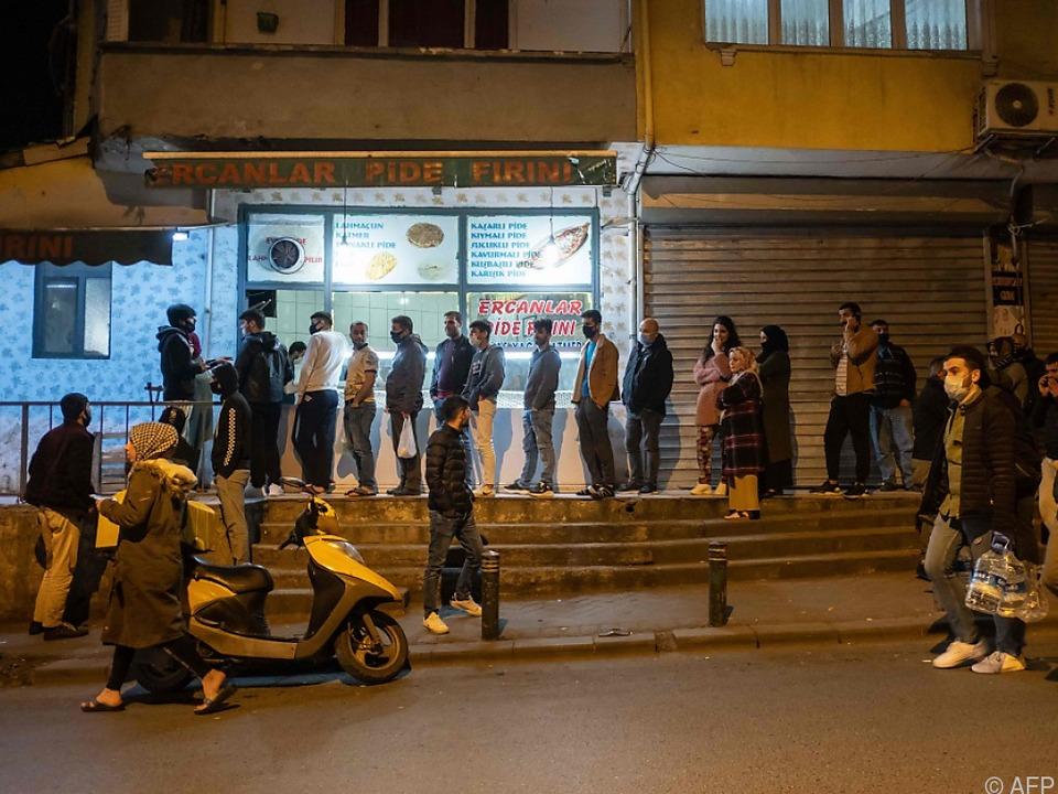 Istanbul: Lange Schlangen vor Geschäften vor Beginn der Ausgangssperre