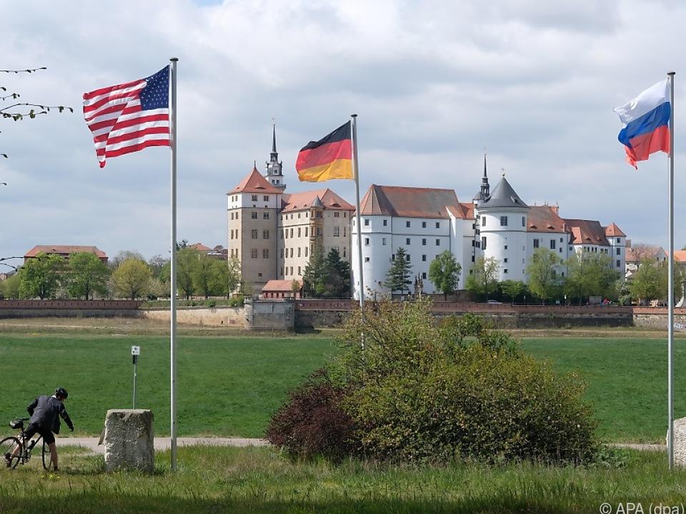 Keine Feier, aber Flaggen von USA, Deutschland, Russland in Torgau