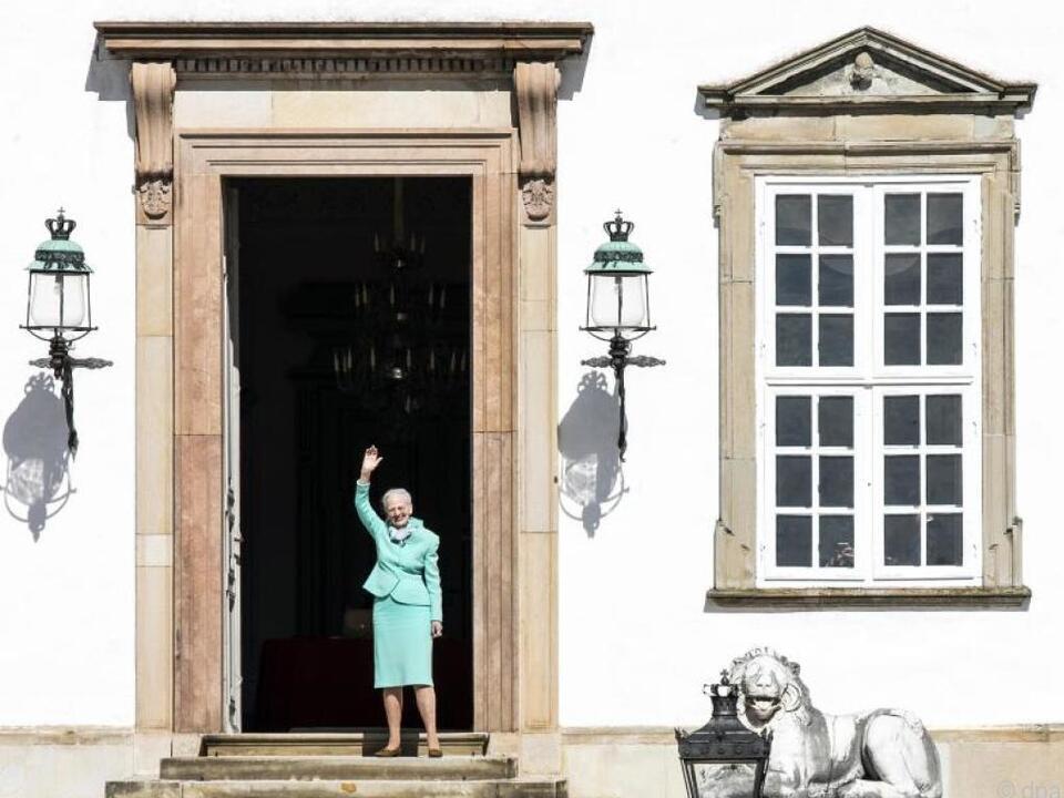 Königin Margrethe II. winkt aus sicherer Entfernung