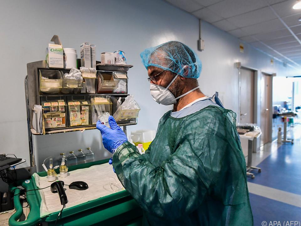 Medizinisches Personal hat alle Hände voll zu tun