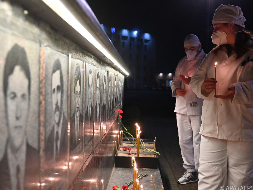 Menschen brachten Kerzen und Blumen zur Gedenkstelle