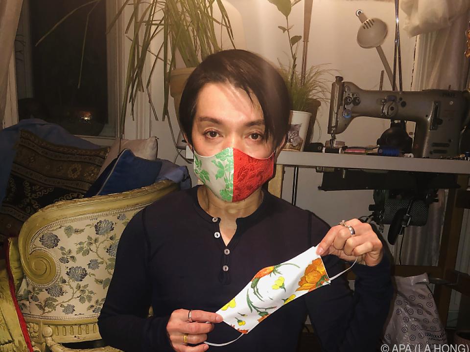 Modemacher La Hong mit seinen Mundschutz Masken