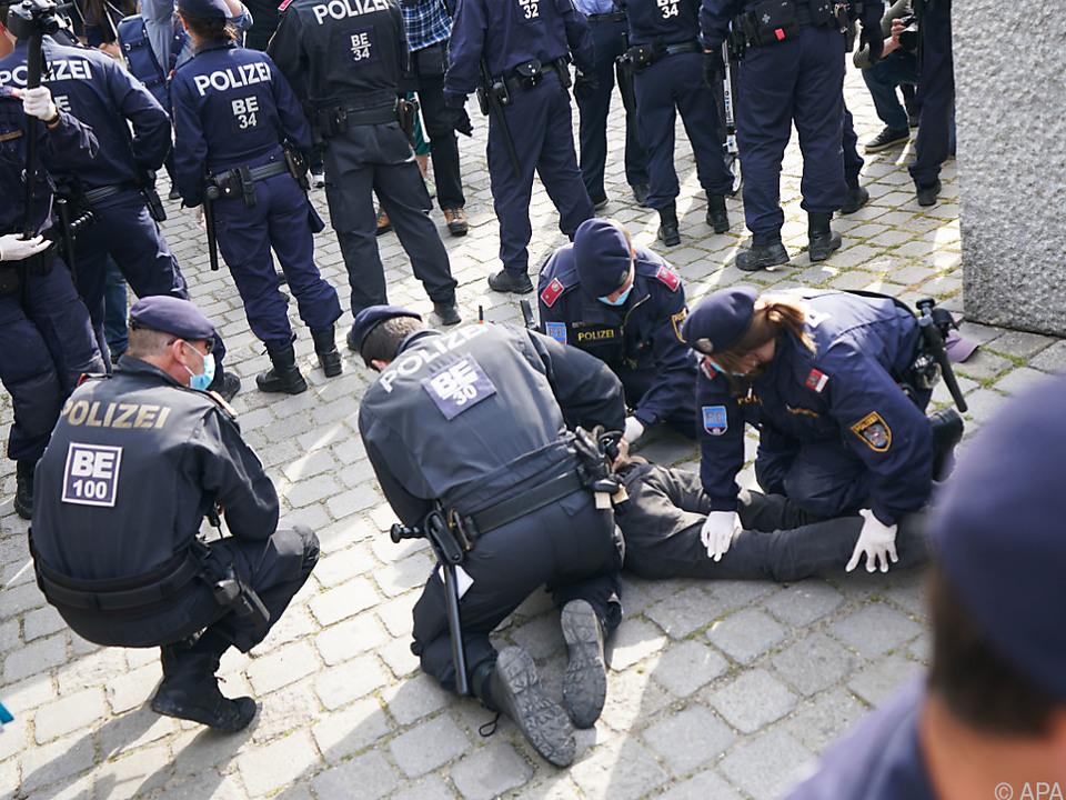 Polizisten bei der Auflösung der Kundgebung am Albertinaplatz